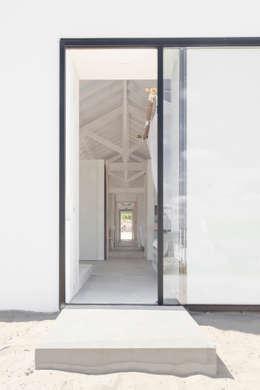 Pasillos y vestíbulos de estilo  por Atelier Data Lda
