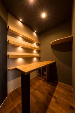 Cave à vin de style de style Moderne par 株式会社ルティロワ 一級建築士事務所