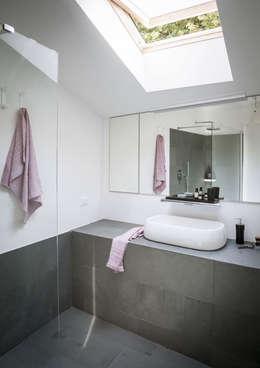 Baños de estilo moderno por MIROarchitetti
