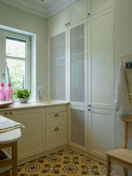Lavadero y planchador: Cocinas de estilo clásico de DEULONDER arquitectura domestica