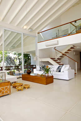 Salon de style de style Tropical par Mônica Gervásio Arquitetura & Design