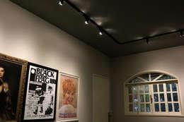 Um projeto diferente, repleto de personalidade! Estilo retrô-moderno-underground: Sala de estar  por Oleari Arquitetura e Interiores