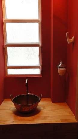 Baños de estilo  por omnibus arquitetura