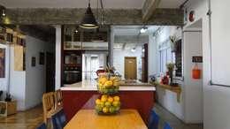 Cocinas de estilo moderno por omnibus arquitetura