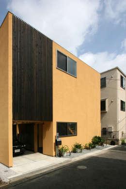 住宅密集地に建つ外観: 根來宏典建築研究所が手掛けた家です。