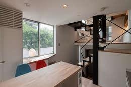 スキップフロア: 根來宏典建築研究所が手掛けたキッチンです。