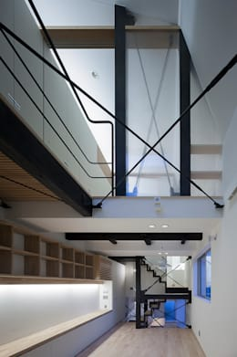 天井の高いリビングルーム: 根來宏典建築研究所が手掛けたリビングです。