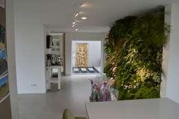 Couloir et hall d'entrée de style  par STROOM architecten