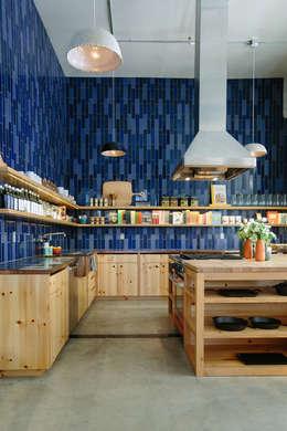 modern Kitchen by Casa de Valentina