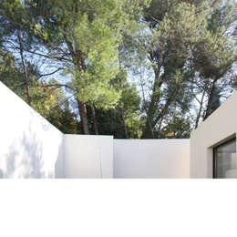Maison Luynes: Maisons de style de style Moderne par Atelier-Calas