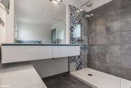 Baños de estilo moderno por Pixcity