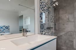 modern Bathroom by Pixcity, Agence de photographie