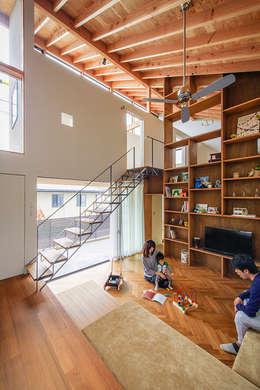 和泉の家: nobuyoshi hayashiが手掛けたリビングです。
