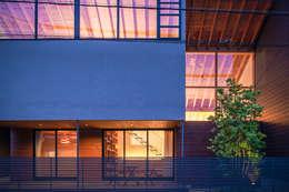 Projekty, eklektyczne Domy zaprojektowane przez nobuyoshi hayashi