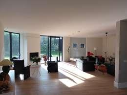 Villa te Hattem: moderne Woonkamer door ir. G. van der Veen Architect BNA