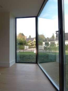 Villa te Hattem: moderne Keuken door ir. G. van der Veen Architect BNA