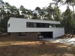Villa in Ommen: moderne Huizen door ir. G. van der Veen Architect BNA