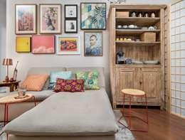 Apartamento colorido e pequeno no Alto da Lapa: Salas de estar ecléticas por Alma em Design