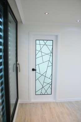 정왕동 한일 아파트 21평 블랙&화이트 인테리어 : Old & New Interior의  복도 & 현관