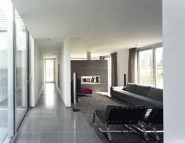 Moderne villa : moderne Woonkamer door Engelman Architecten BV