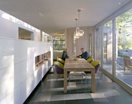 kastenwand als afscheiding tussen eet- en werkgedeelte : moderne Eetkamer door Engelman Architecten BV