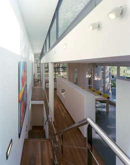 kastenwand als afscheiding tussen eet- en werkgedeelte : moderne Studeerkamer/kantoor door Engelman Architecten BV