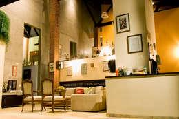 Salas de estilo rústico por Central de Projetos