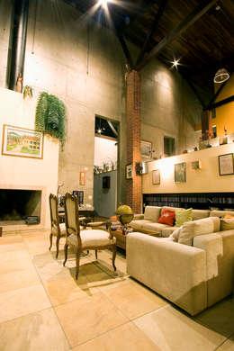 Livings de estilo rústico por Central de Projetos