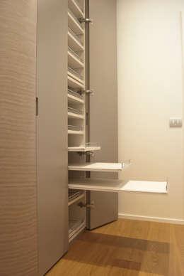 Loft - Arredo su misura di un quadrilocale: Ingresso, Corridoio & Scale in stile in stile Moderno di Lilea Design