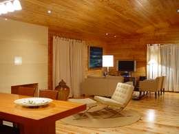 غرفة المعيشة تنفيذ MIGUEL VISEU COELHO ARQUITECTOS ASSOCIADOS LDA