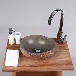 30 cm Flußsteinwaschbecken natur: rustikale Badezimmer von Wohnfreuden