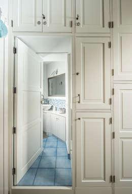 Pasillos y recibidores de estilo  por Giuliana Andretta Architetto