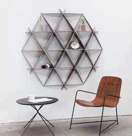Schmales Wandregal aus Holz in schwarz: moderne Wohnzimmer von Baltic Design Shop