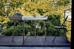 """Design-Schreibtisch """"my writing desk"""" groß weiß mit Schubladen: skandinavischer Balkon, Veranda & Terrasse von Baltic Design Shop"""