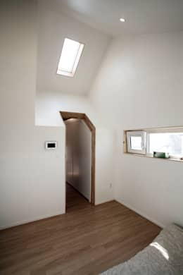 Sunlight House 빛이 쏟아지는 집: ADMOBE Architect의  창문