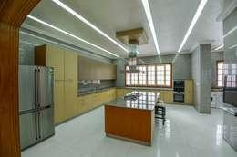 Kitchen: minimalistic Kitchen by S.S. Design Studio