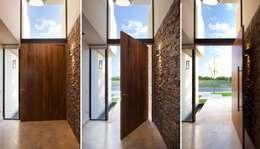 Коридор и прихожая в . Автор – Speziale Linares arquitectos