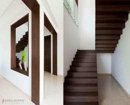 Pasillos y recibidores de estilo  por Prabu Shankar Photography