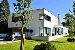 Casas de estilo minimalista por FWP architectuur BV