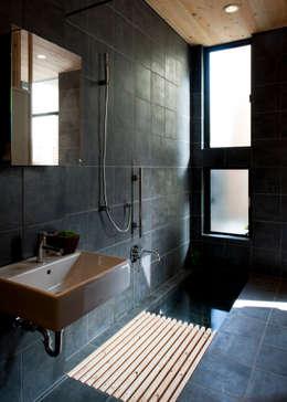 Baños de estilo minimalista por 山本晃之建築設計事務所