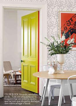 Portas coloridas: Casa  por Casa de Valentina
