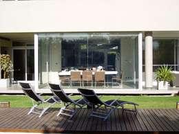 Casa NR: Piletas de estilo moderno por gatarqs