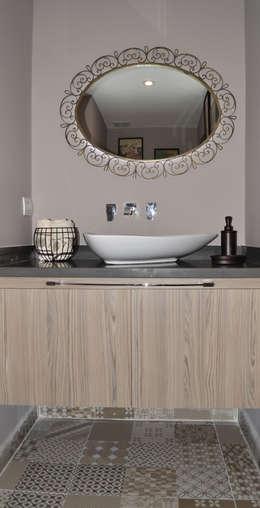 Baños de estilo ecléctico por santiago dussan architecture & Interior design