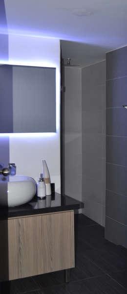 APARTAMENTO 97: Baños de estilo ecléctico por santiago dussan architecture & Interior design