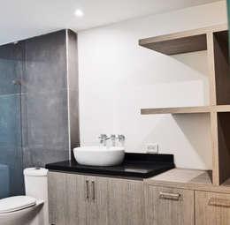 APARTAMENTO 62: Baños de estilo ecléctico por santiago dussan architecture & Interior design