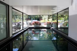 Piscina in stile in stile Moderno di KSR Architects