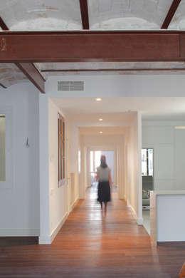 Pasillos y recibidores de estilo  por Alex Gasca, architects.