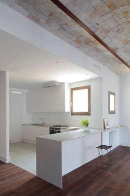 Cocinas de estilo ecléctico por Alex Gasca, architects.