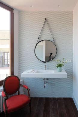 Baños de estilo ecléctico por Alex Gasca, architects.