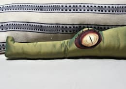 Basile le coussin crocodile décoratif: Salon de style de style eclectique par 'Dis pas non'